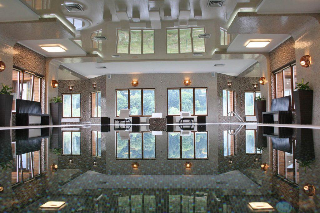 басейн в готелі таор